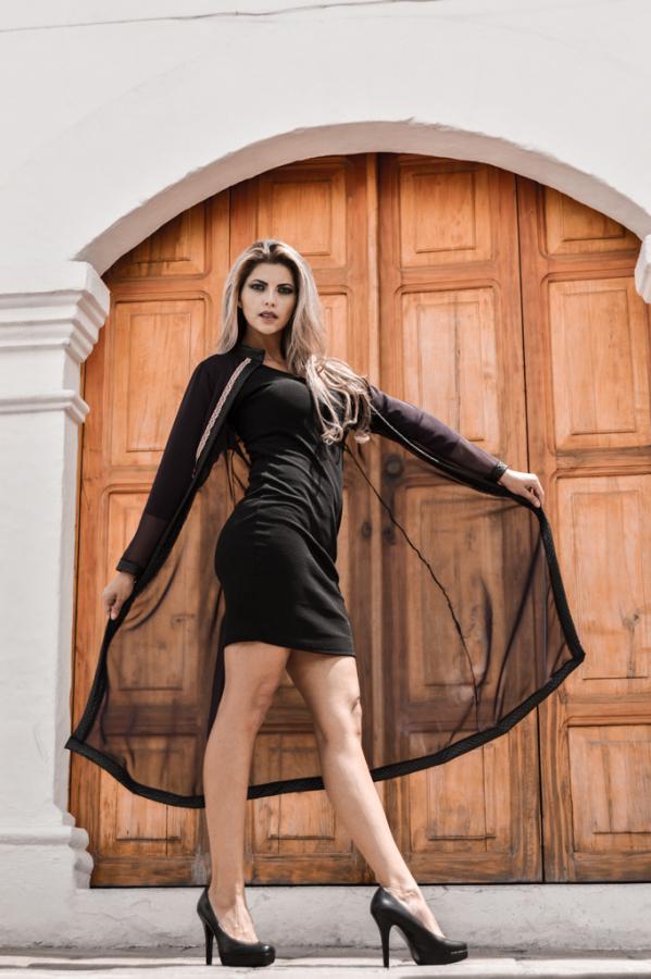 Vestido negro alto