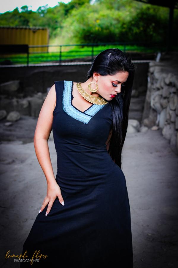 Vestido negro bajo franja azul